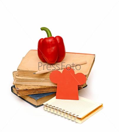 Колпак шеф-повара, перец, стопка книг и пустой блокнот для ваших рецептов или меню