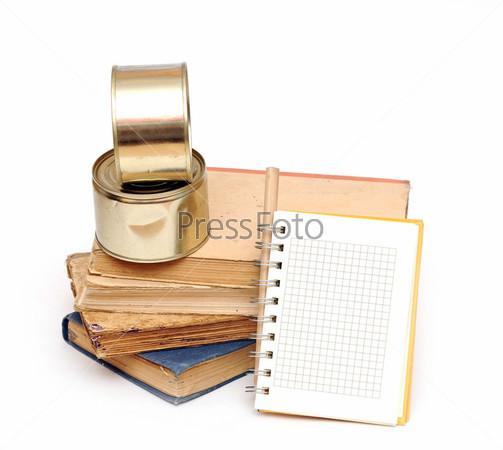 Карандаш, стопка книг и пустой блокнот для ваших рецептов или меню