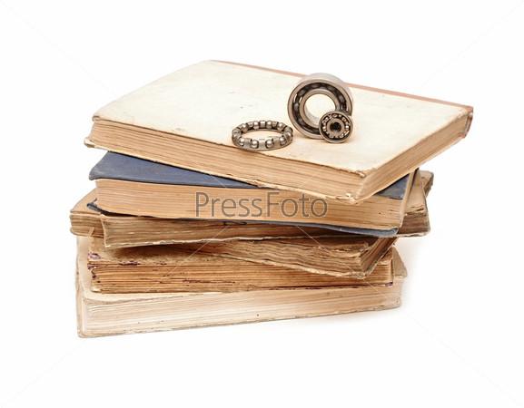 Подшипники на стопке книг