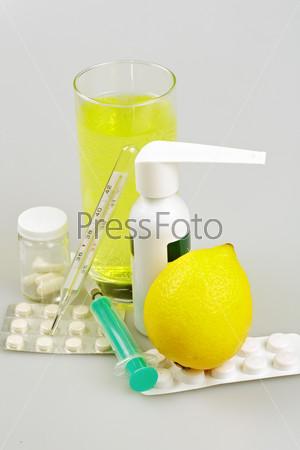 Медицинские принадлежности, таблетки и капсулы, спрей для горла и напиток