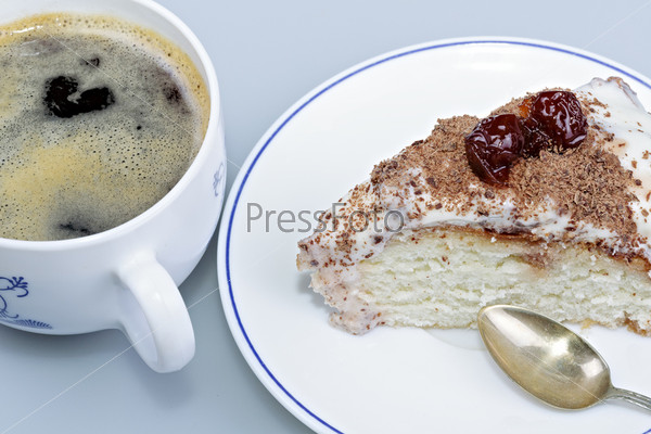 Торт на тарелке с чашечкой кофе