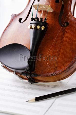 Фотография на тему Скрипка на пустой музыкальной тетради