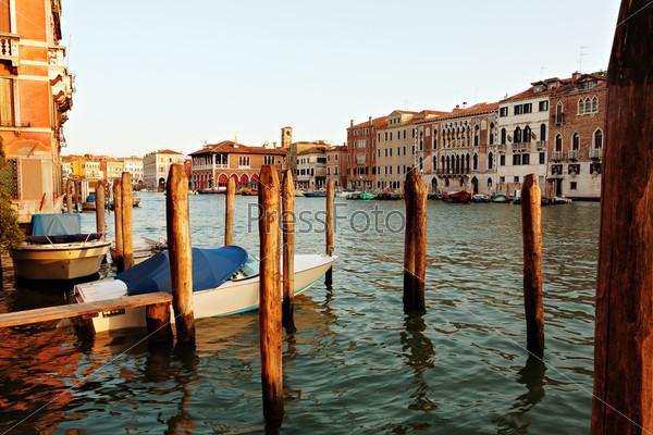 Фотография на тему Венецианский канал с лодками