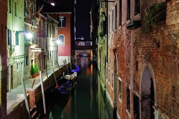 Узкий венецианский канал в ночное время