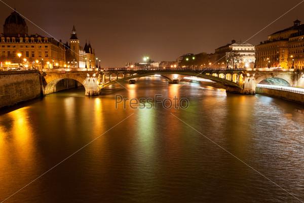Ночная панорама реки Сена в Париже