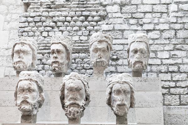 Каменные головы из Нотр-Дам в музее Клюни