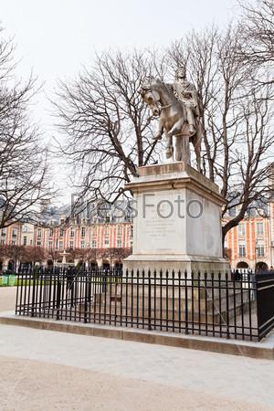 Статуя на площади Вогезов в Париже