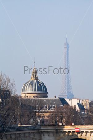 Вид Эйфелевой башни через Новый мост в Париже