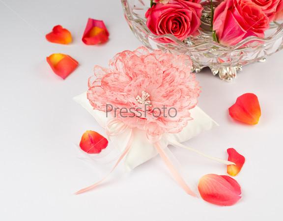 Красивая подушка для обручальных колец с лепестками роз