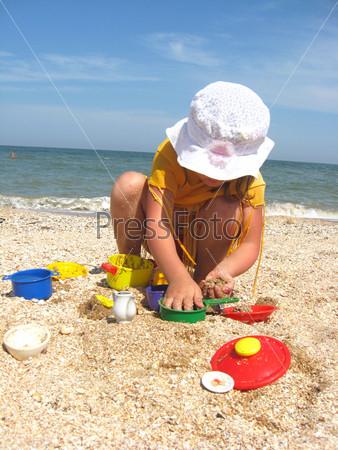 Девочка играет на море