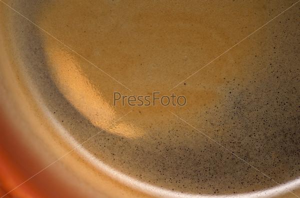Кофе с пенкой в оранжевой чашке