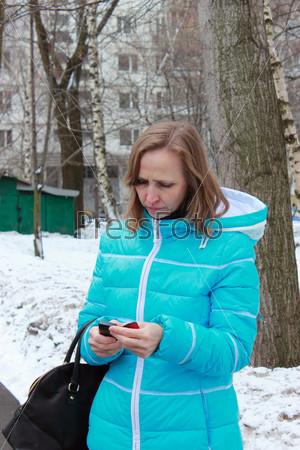 Фотография на тему Женщина смотрит на мобильный телефон