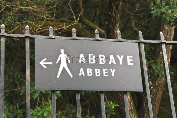 Указатель, указывающий путь к аббатству Мон-Сен-Мишель. Нормандия, Франция