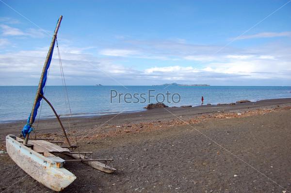 Фотография на тему Парусное каноэ на берегу океана