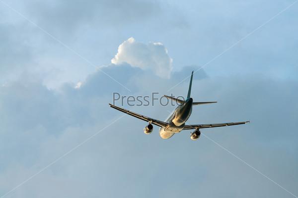 Летящий самолет, вид сзади