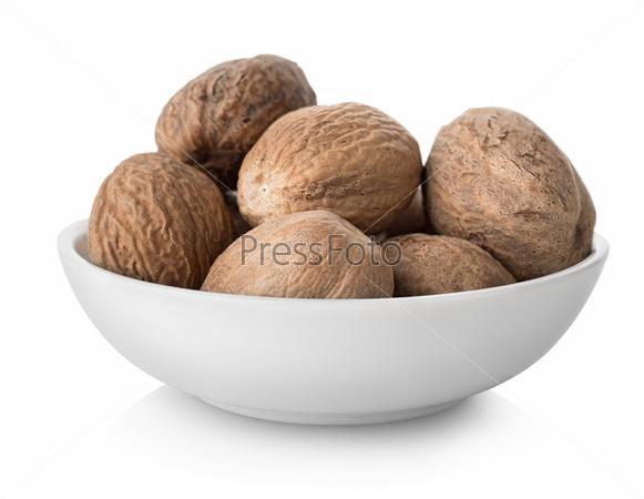 Фотография на тему Мускатный орех в изолированной тарелке