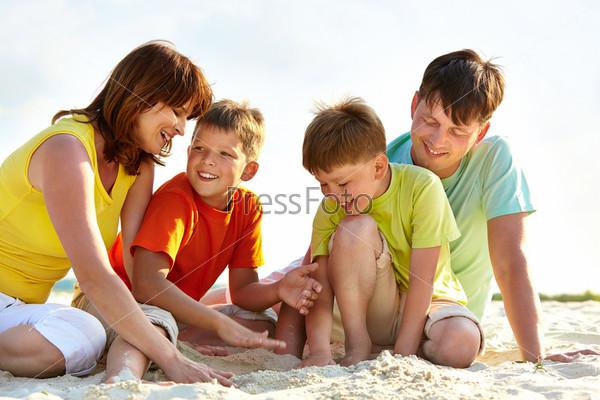 Семья на песке