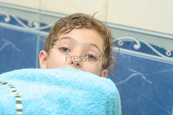 Фотография на тему Мальчик  в голубом полотенце после ванны