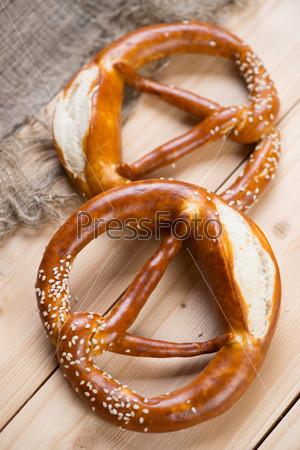 Фотография на тему Свежие немецкие брецели на деревянных досках