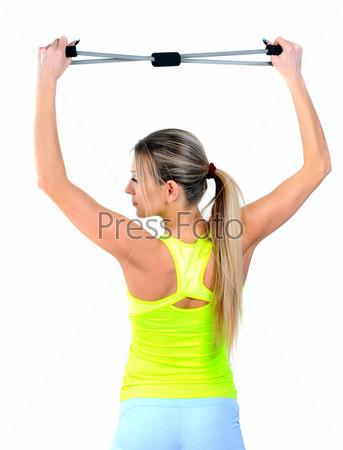 Красивая здоровая женщина занимается фитнесом