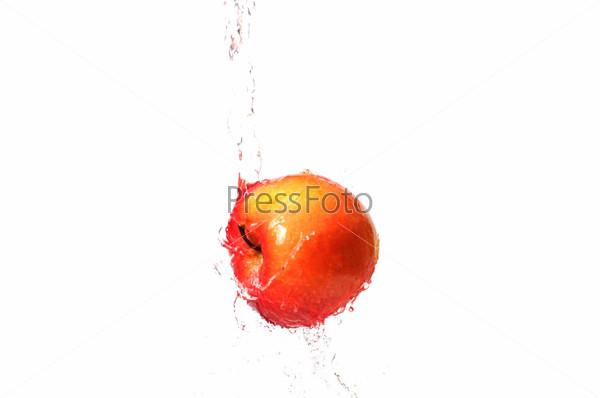 Яркое красное яблоко в воде. Вкусная и здоровая пища