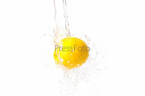 Фотография на тему Яркий лимон в воде. Вкусная и здоровая пища