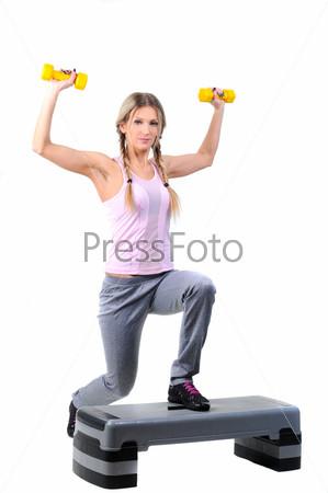 Фотография на тему Молодая женщина занимается фитнесом