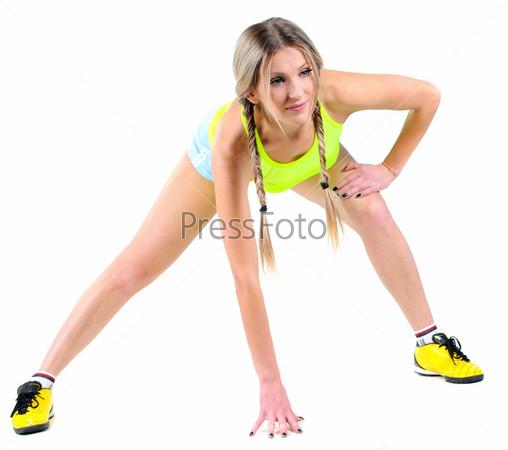 Молодая женщина занимается фитнесом