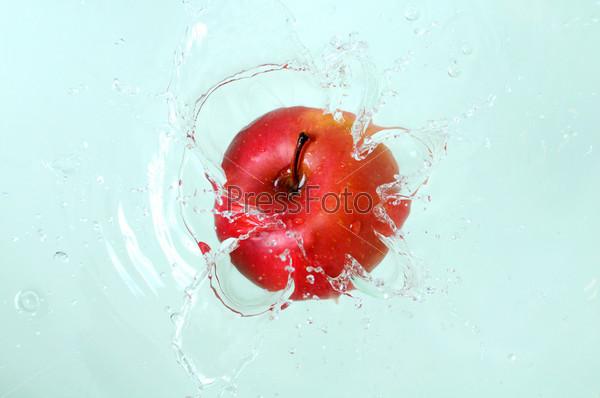 Фотография на тему Ярко-красное яблоко и водный всплеск. Вкусная и полезная пища