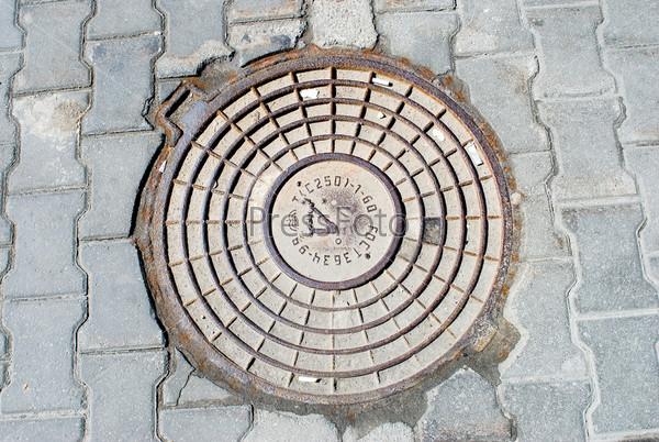 Фотография на тему Старый канализационный люк