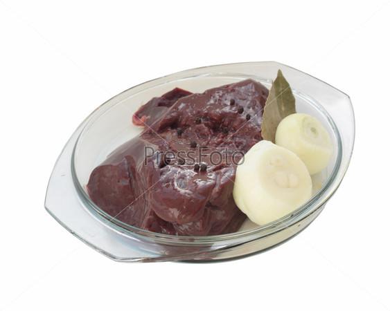 Фотография на тему Сырая печень в стеклянной кастрюле. Кусок сырой печени лежит в кастрюле из стекла. На печени лежит лук, перец горький