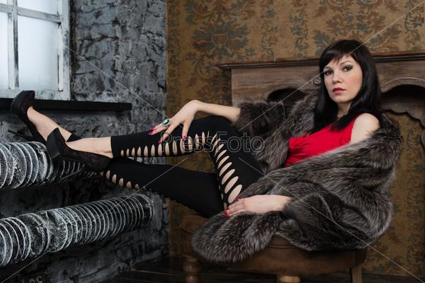 Фотография на тему Модная женщина в шубе позирует в старинном интерьере