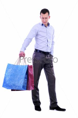 Мужчина с покупками на белом фоне