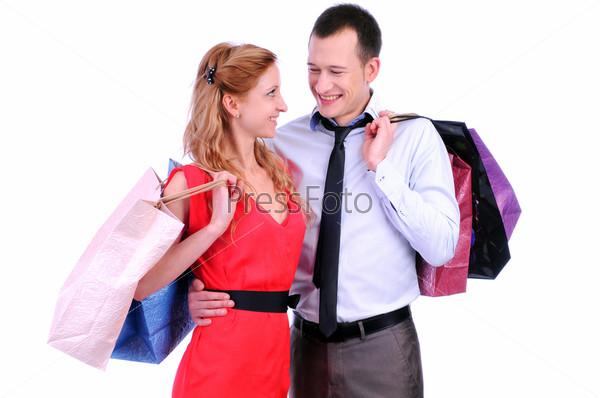 Мужчина и женщина с цветными пакетами