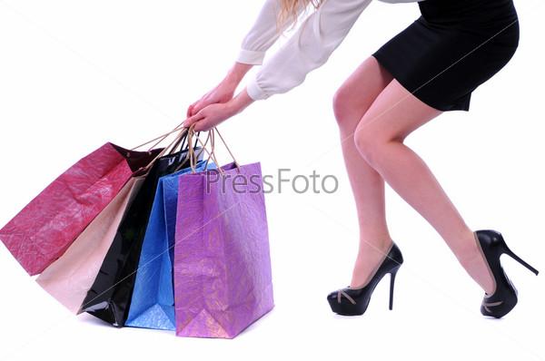 Красивая женщина с пакетами на белом фоне
