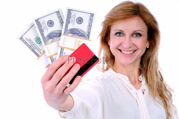 Женщина, держащая кредитные карты в руке