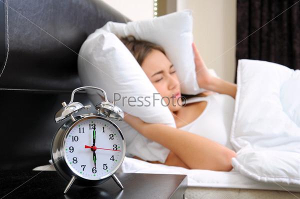 Молодая женщина расстроена ранним пробуждением