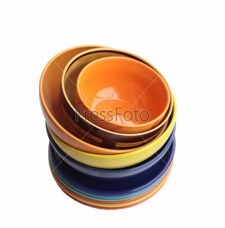 Фотография на тему Керамические тарелки и миски поставлены одна на другую