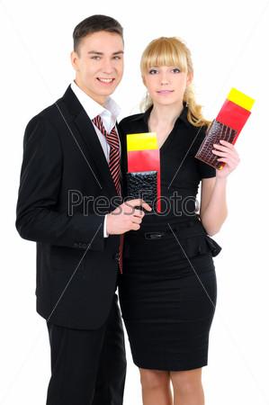 Портрет деловой пары с авиабилетами, изолированный на белом фоне