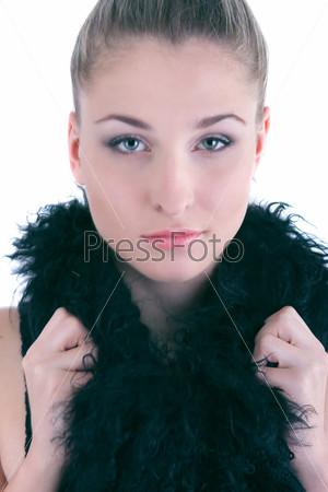 Красивая девушка с черным боа