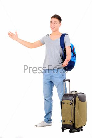 Портрет мужчины, путешествующего с чемоданом и сумкой, изолированный на белом фоне
