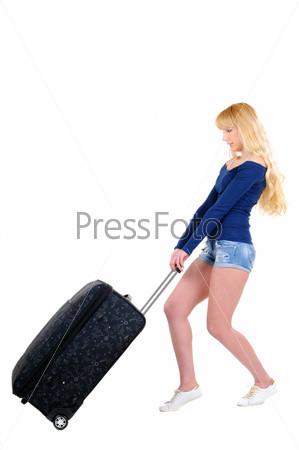 Портрет молодой женщины с чемоданом в полный рост, изолированный на белом фоне