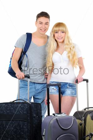 Пара готовятся к путешествию, изолированная на белом фоне