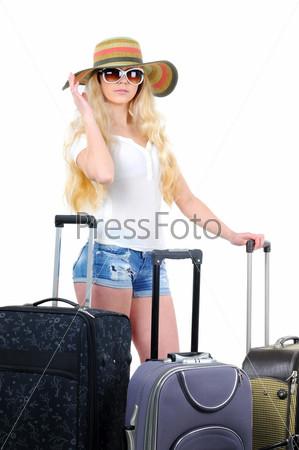Портрет молодой женщины с чемоданом, отправляющейся в отпуск, изолированный на белом фоне
