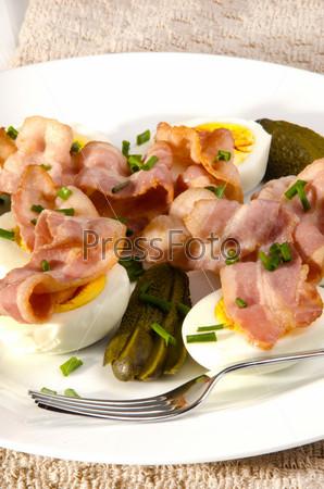 Фотография на тему Свежий салат с беконом, зеленым луком и яйцом