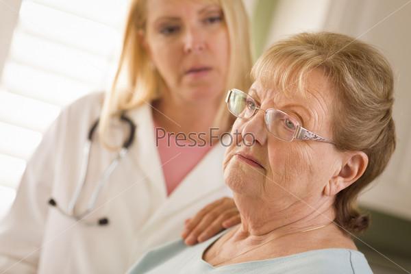 Пожилая женщина утешаемая врачом или медсестрой