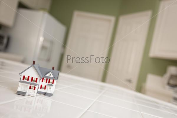 Фотография на тему Маленькая модель дома на кухонном столе