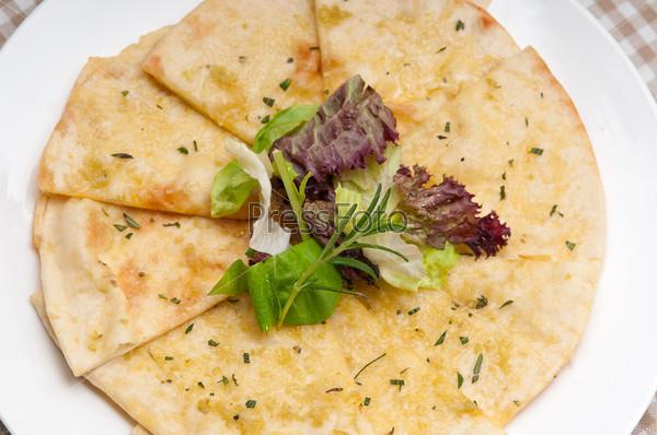 Чесночная пиууа из питы с салатом