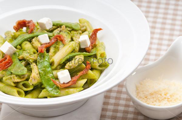 Итальянские макароны пенне с вялеными помидорами и базиликом