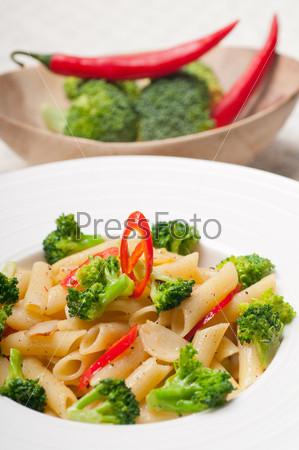 Итальянские макароны пенне с брокколи и перцем чили